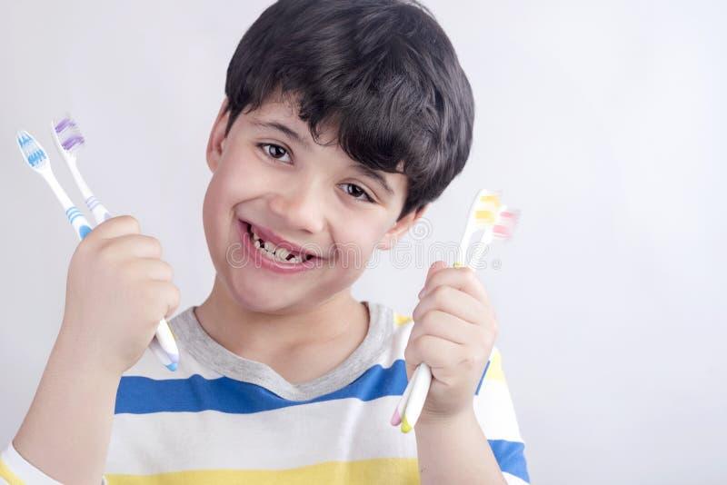 Усмехаясь ребенок с зубной щеткой стоковые фотографии rf