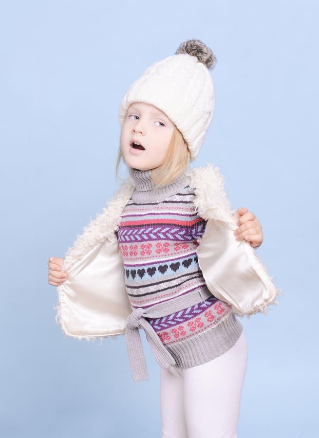 Усмехаясь ребёнок в теплых свитере и шляпе стоковые фото