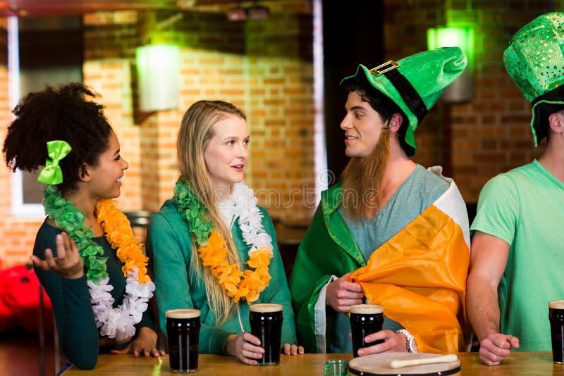 Усмехаясь друзья с ирландским аксессуаром стоковое фото rf