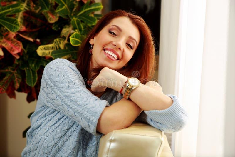 Download Усмехаясь склонность женщины на софе Стоковое Изображение - изображение насчитывающей счастье, лежать: 37926985