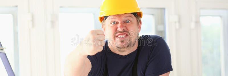 Усмехаясь смешной работник в желтом шлеме стоковая фотография rf