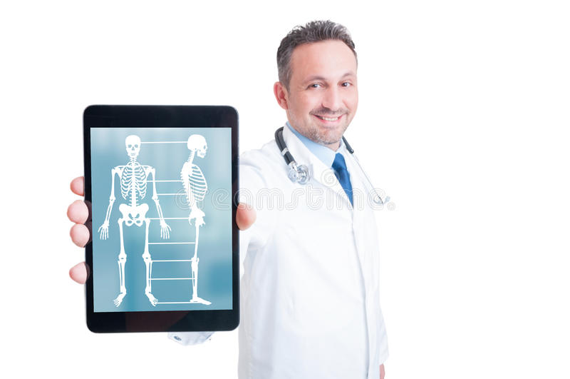 Усмехаясь сотрудник военно-медицинской службы показывая экран компьютера ПК таблетки стоковая фотография
