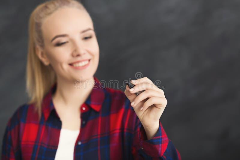 Усмехаясь сочинительство женщины на визуальном экране стоковое изображение rf