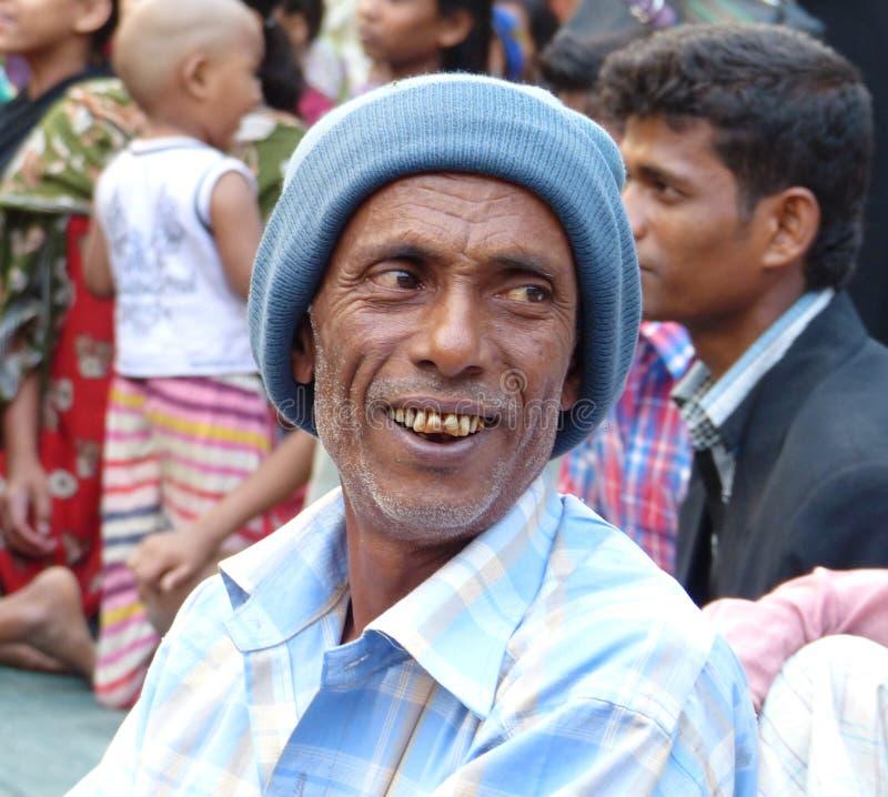 Усмехаясь старик с шляпой стоковые фото