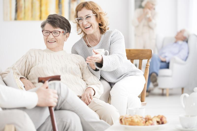Усмехаясь старшие женщины имеют потеху стоковые фото