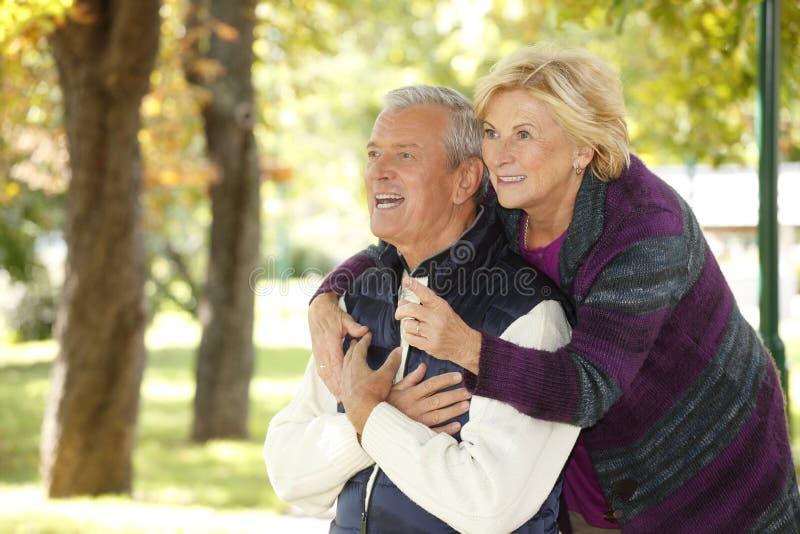 Усмехаясь старшие пары внешние стоковые фотографии rf