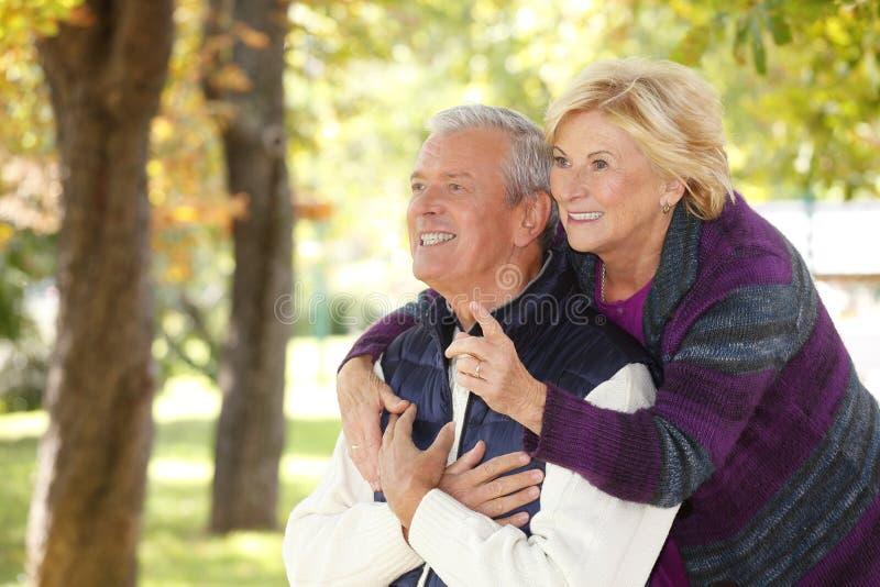 Усмехаясь старшие пары внешние стоковое изображение