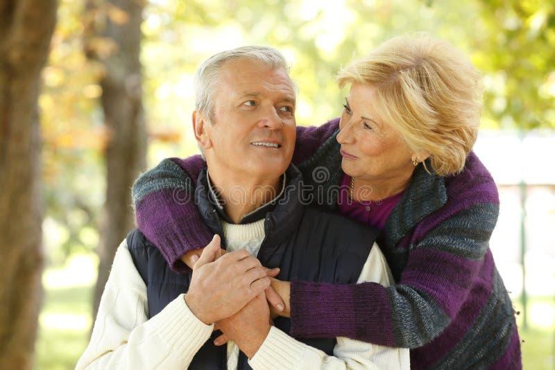 Усмехаясь старшие пары внешние стоковая фотография rf