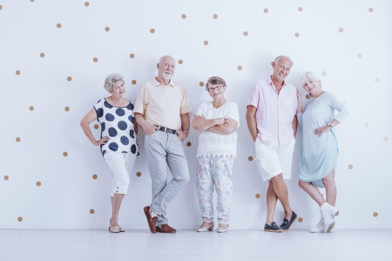Усмехаясь старшии в вскользь одеждах стоковые изображения rf