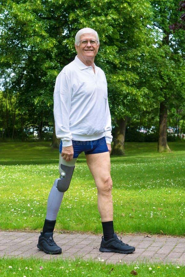 Усмехаясь старший человек с ложной ногой стоковое изображение