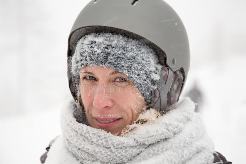 Усмехаясь сторона женщины, намочила снежную кожу, холодную зиму внешнюю, шторм снега стоковая фотография