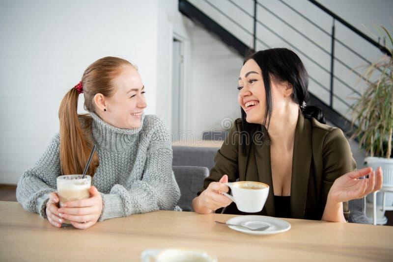 2 усмехаясь студента имея чашку кофе в буфете коллежа стоковые фотографии rf