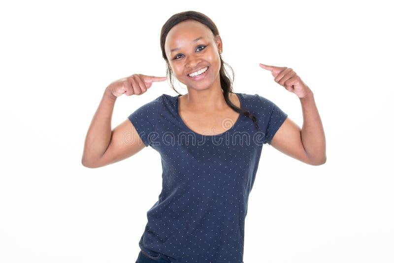 Усмехаясь счастливая Афро-американская красивая женщина указывая пальцы на себя стоковые изображения rf