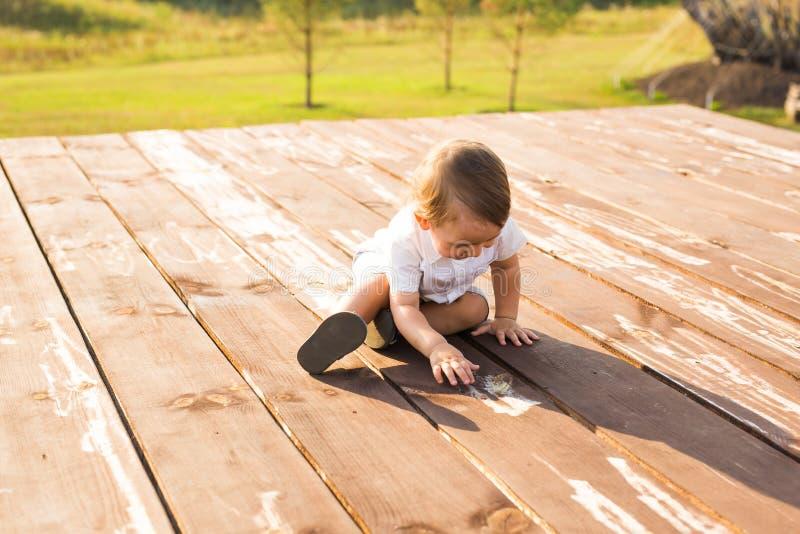 Усмехаясь счастливый ребёнок на естественной предпосылке в лете или осени стоковое фото