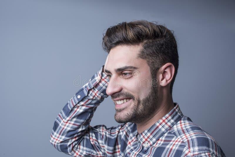 Усмехаясь счастливый человек в съемке студии стоковое фото rf