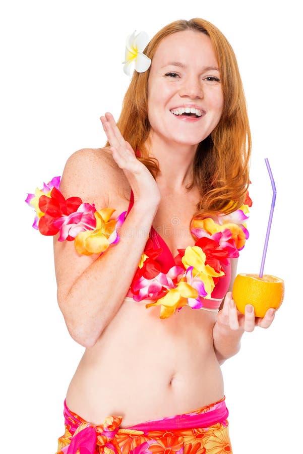 Усмехаясь счастливая женщина в гаваиских одеждах представляя на белизне стоковое фото