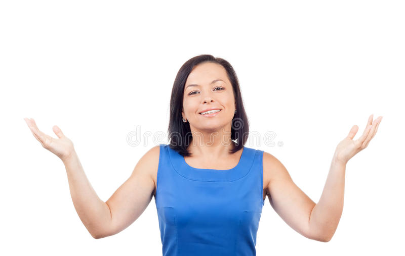 Усмехаясь счастливая красивая молодая женщина смотря вверх с оружиями Outstre стоковые фото