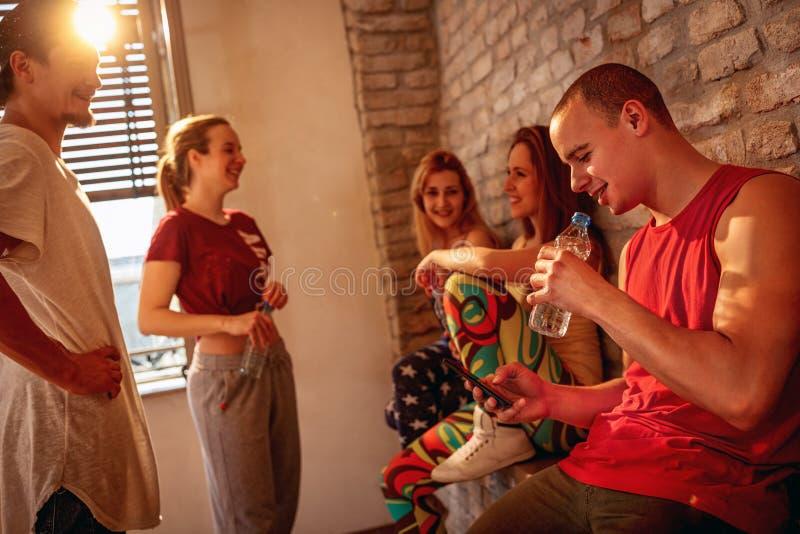 Усмехаясь тазобедренные люди хмеля имея пролом на танцах в студии стоковые фотографии rf