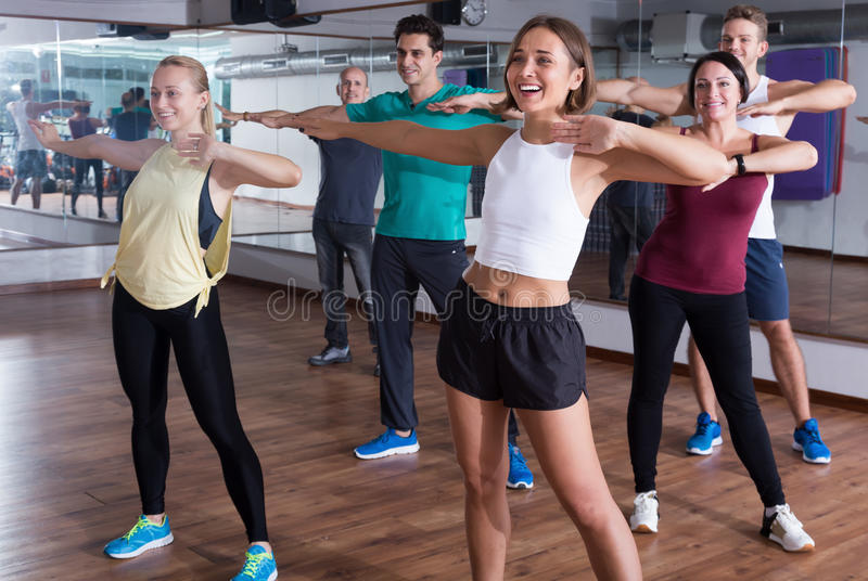 Усмехаясь танцоры beginner уча элементы zumba стоковая фотография rf