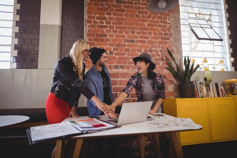 Усмехаясь творческая команда стоя во время встречи на кофейне стоковое фото rf