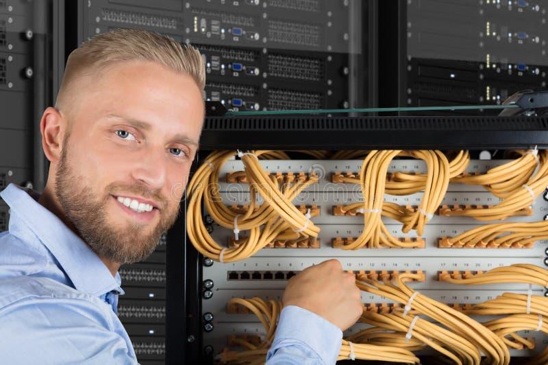 Усмехаясь техник компьютера стоковое изображение rf