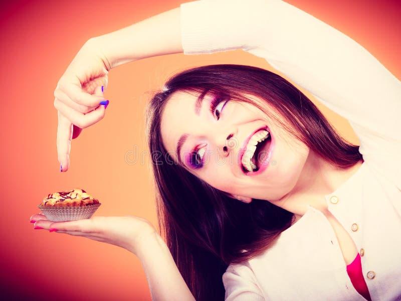 Усмехаясь торт владениями женщины в руке стоковые изображения rf