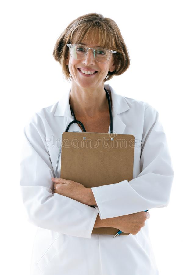 Усмехаясь уверенный женский доктор с eyeglasses смотря камеру в офисе на больнице стоковая фотография rf