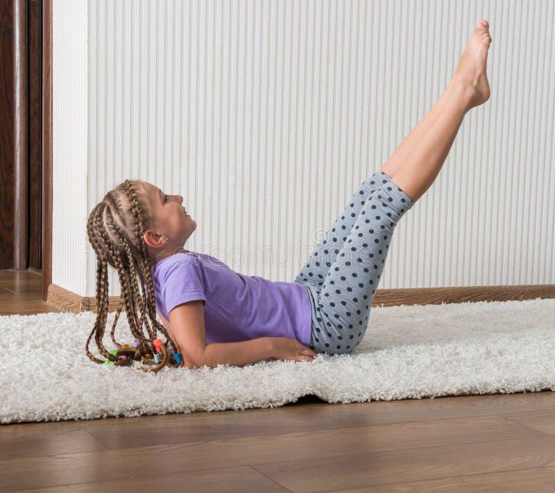 Усмехаясь фитнес приниманнсяый за маленькой девочкой стоковое фото rf