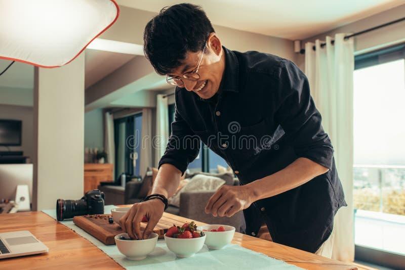 Усмехаясь фотограф еды вводя еду в моду для всхода стоковая фотография
