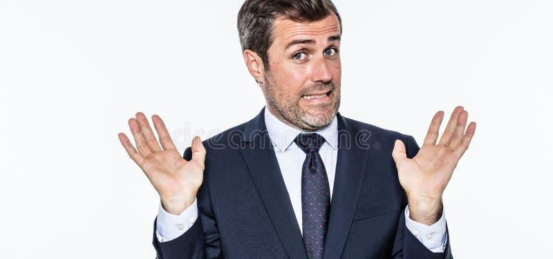Усмехаясь халатный бородатый бизнесмен отказывая обличительство, действуя как лицемер стоковое изображение rf