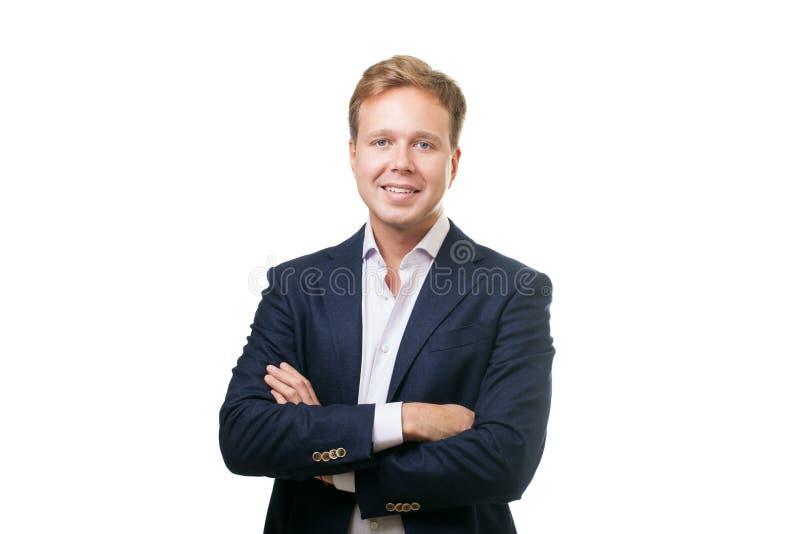 Усмехаясь человек в черном костюме стоковое изображение