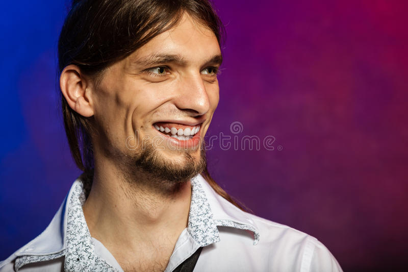 Усмехаясь человек с длинными волосами стоковые фотографии rf