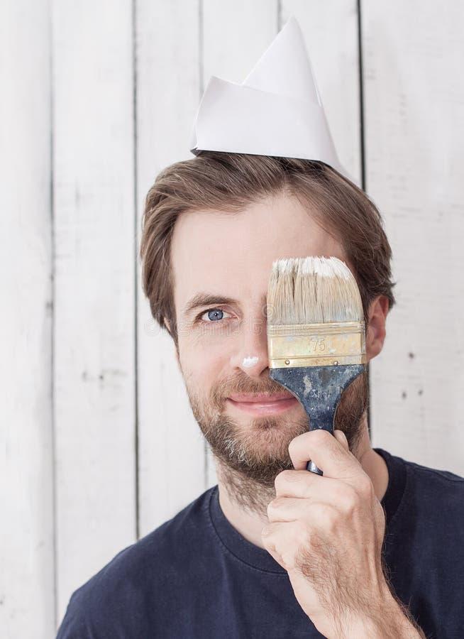 Усмехаясь человек с кистью - реновацией стоковая фотография rf