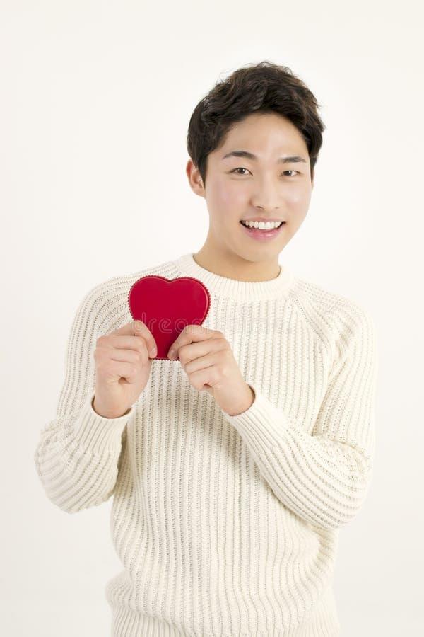 Усмехаясь человек с красным сердцем стоковые фотографии rf