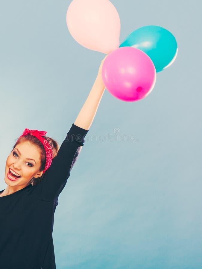 Усмехаясь шальная девушка имея потеху с воздушными шарами стоковая фотография rf