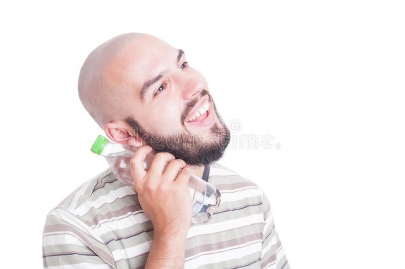 Усмехаясь шея человека охлаждая с холодной водой в пластичной бутылке стоковое изображение rf