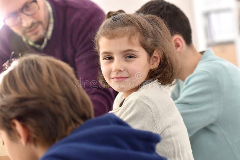 Усмехаясь школьница присутствуя на классе стоковые фотографии rf