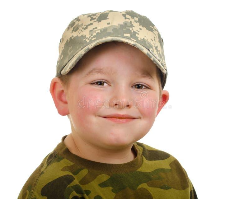 Усмехаясь шляпа camo счастливого мальчика нося стоковое изображение rf