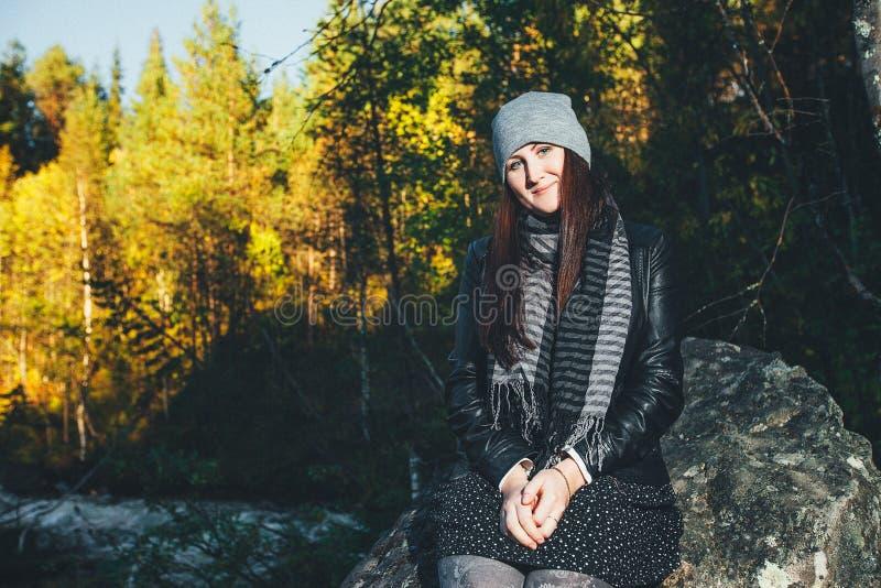 Усмехаясь эмоциональные женщины в хорошем настроении стоковые фото