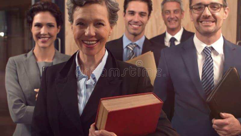 Усмехаясь юристы держа документы акции видеоматериалы