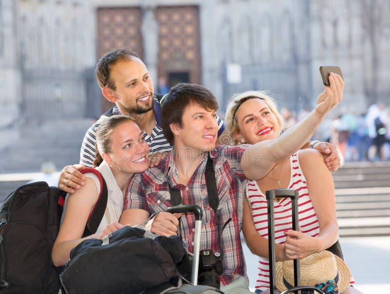 Усмехаясь люди и женщины делая selfie стоковая фотография rf