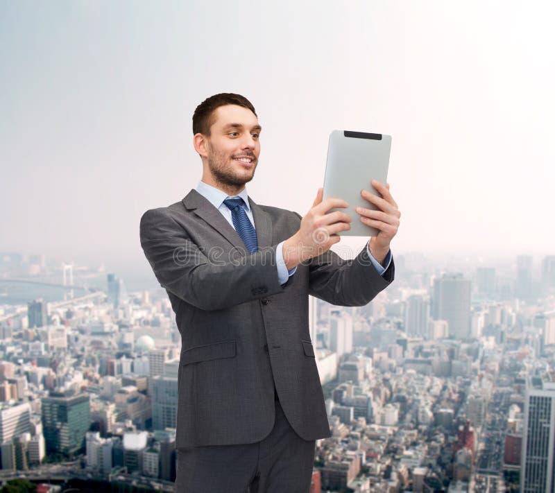 Усмехаясь buisnessman с компьютером ПК таблетки стоковая фотография
