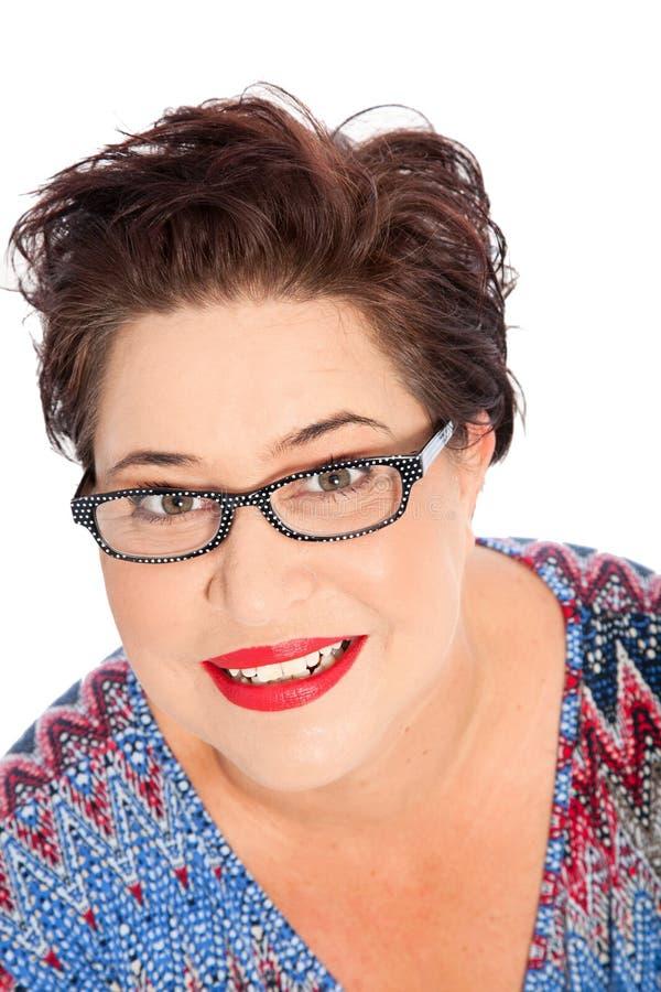 Усмехаясь Eyeglasses женщины коротких волос нося стоковые изображения rf