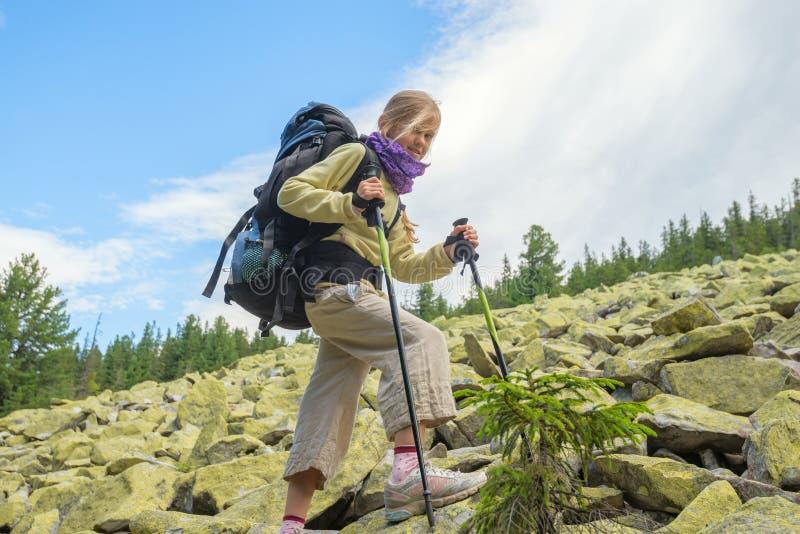 Усмехаясь hiker девушки стоковые изображения rf