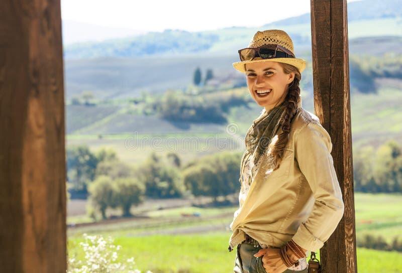 Усмехаясь hiker женщины приключения в шляпе в Тоскане стоковое изображение rf