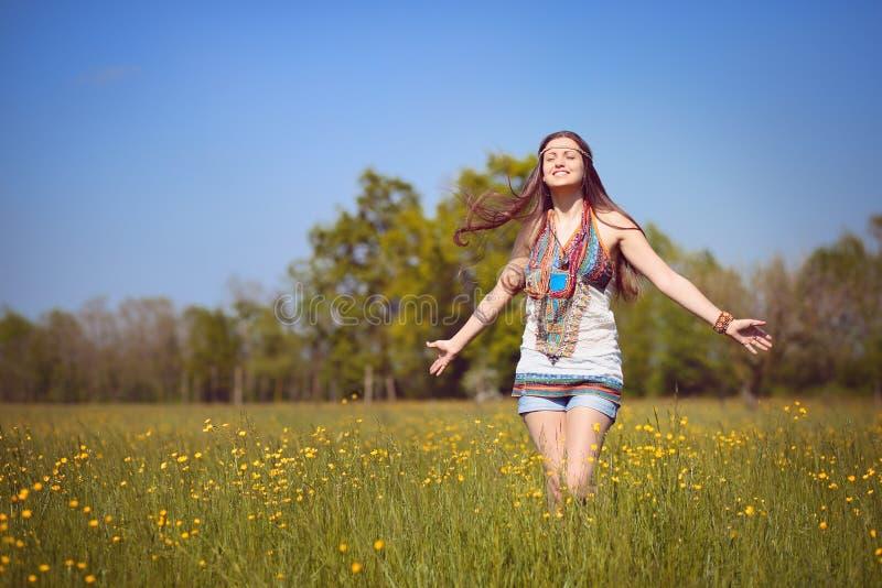 Усмехаясь hippie в свете лета стоковые фотографии rf