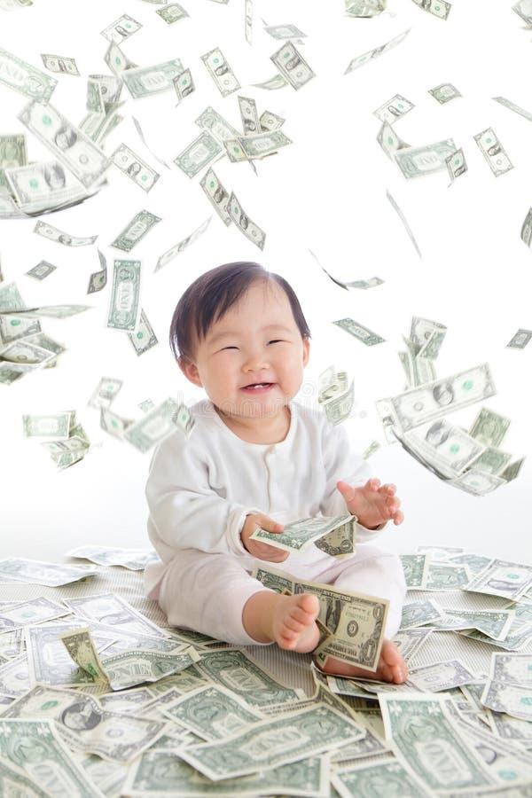Усмешка возбужденная младенцем с дождем денег стоковые изображения rf