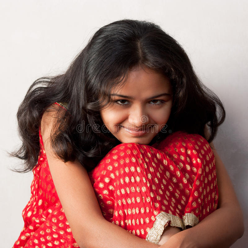усмешка красивейшей девушки индийская застенчивая стоковое фото rf