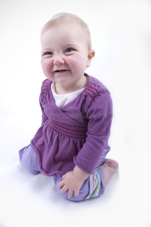 Download усмешка младенца neeling стоковое изображение. изображение насчитывающей рот - 6862101