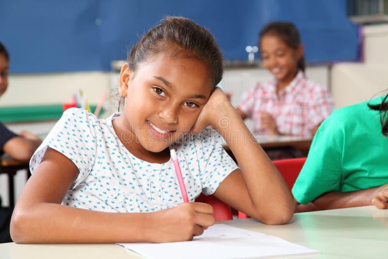 усмешка школы красивейшей девушки типа счастливая стоковое изображение